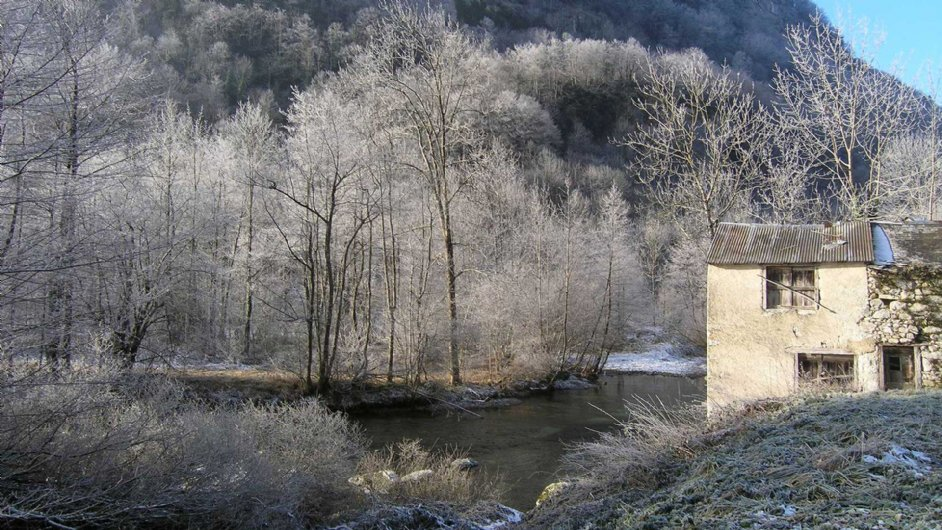 Morgenfrost am Fluss Garbet